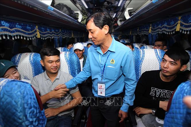 Ông Huỳnh Văn Tuấn, Chủ tịch Công đoàn các Khu chế xuất và Công nghiệp Thành phố Hồ Chí Minh thăm hỏi động viên công nhân lao động về quê đón Tết trên những chuyến xe nghĩa tình.