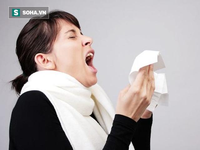 Khi ho hoặc hắt xì, dùng khăn giấy, khẩu trang hoặc khuỷu tay áo để che hoàn toàn miệng và mũi